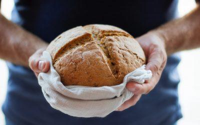 Partiam o pão de casa em casa